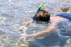 Junge in der Tauchensschablone lizenzfreie stockfotografie
