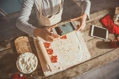 Junge, der Teig für Plätzchen fotografiert Lizenzfreie Stockfotos
