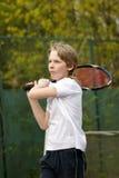 Junge, der Tennis spielt Stockfotos