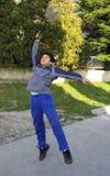 Junge, der Tennis spielt Lizenzfreie Stockbilder