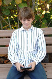 Junge, der Textmeldung sendet Lizenzfreies Stockfoto