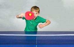 Junge, der Tischtennis spielt Stockfoto