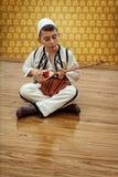 Junge, der traditionelles Streichinstrument spielt Lizenzfreie Stockbilder