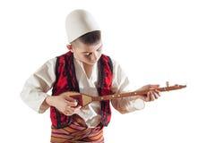 Junge, der traditionelles Streichinstrument spielt Lizenzfreie Stockfotografie