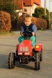 Junge, der Traktor antreibt Lizenzfreie Stockfotos