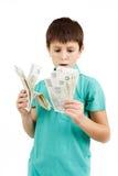 Junge, der tschechische Kronenbanknoten hält Stockbild