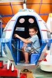 Junge, der in UFO spielt lizenzfreies stockbild
