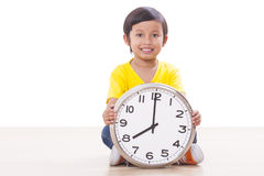 Junge, der Uhr hält Lizenzfreie Stockfotos