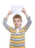 Junge, der unbelegtes Blatt Papier anhält Stockbilder