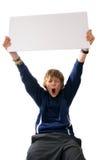 Junge, der unbelegtes weißes Zeichen anhält Stockfotografie