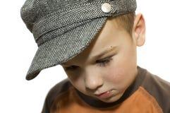 Junge, der unten schaut lizenzfreie stockfotos