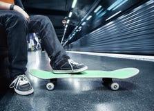 Junge an der Untergrundbahn Lizenzfreie Stockbilder
