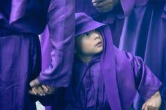 Junge, der Vaterhand während Lent Sunday Processions hält Stockbilder