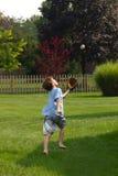 Junge, der versucht, Kugel abzufangen Stockfotografie