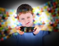 Junge, der Videospiel-Prüfer spielt Stockfotos