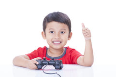 Junge, der Videospiel spielt Stockfoto
