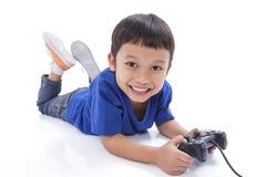 Junge, der Videospiel spielt Stockfotografie