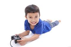 Junge, der Videospiel spielt Stockfotos