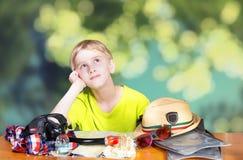 Junge, der von den Ferien träumt Stockfotos
