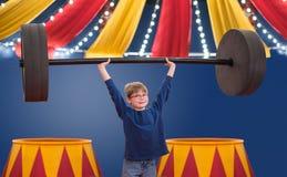 Junge, der vortäuscht, Zirkusausführender des starken Mannes zu sein anhebt großen Barbell lizenzfreies stockbild