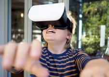 Junge, der VR-Schutzbrillen verwendet stockfoto
