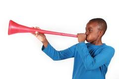 Junge, der Vuvuzela durchbrennt Lizenzfreies Stockbild