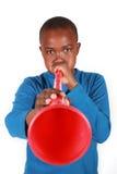 Junge, der Vuvuzela durchbrennt Lizenzfreie Stockfotos