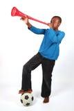 Junge, der Vuvuzela durchbrennt Stockfotos