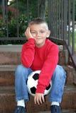 Junge, der wartet, um zu spielen stockfotografie