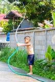Junge, der Wasser spielt Lizenzfreies Stockbild