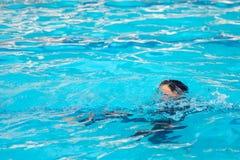 Junge, der Wasser spielt lizenzfreies stockfoto