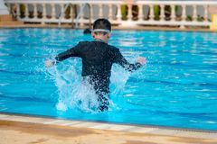 Junge, der Wasser spielt stockbilder