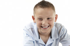 Junge, der weg von der Kamera lächelt Stockbild