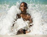 Junge in der Welle Lizenzfreie Stockfotos