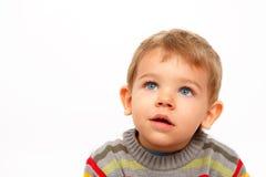 Junge in der Winterkleidung, die oben überrascht schaut Lizenzfreies Stockbild