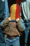 Junge, der Wolleschutzkappe über seinem Kopf zieht Lizenzfreie Stockbilder