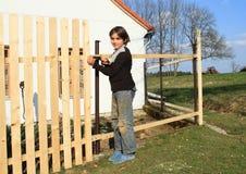 Junge, der Zaun herstellt Lizenzfreies Stockbild