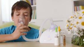 Junge, der Zerstäuberinhalator - Allergie- und Asthmakonzept verwendet stock video