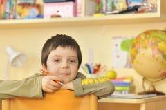 Junge, der zu Hause erlernt Stockfoto
