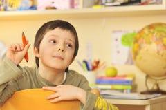 Junge, der zu Hause erlernt Lizenzfreie Stockfotos