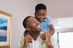 Junge, der zu Hause mit Vater spielt Lizenzfreies Stockfoto
