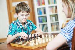 Junge, der zu Hause Schach spielt Lizenzfreies Stockbild