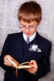 Junge, der zur ersten heiligen Kommunion geht stockfoto