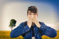 Junge, die mit Taschentuch niesen stockbilder