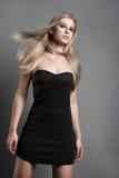 Junge, die moderne Frau mit dem angemessenen Haar aufwerfen lizenzfreie stockfotografie