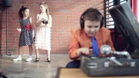 Junge DJ spielt Vinyl stock video