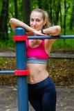 Junge dünne Frau trägt Porträt auf dem Übungsfeld zur Schau Stockfotos