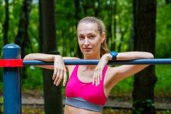 Junge dünne Frau trägt Porträt auf dem Übungsfeld zur Schau Stockfoto