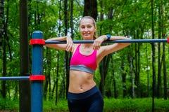 Junge dünne Frau trägt Porträt auf dem Übungsfeld zur Schau Stockfotografie