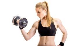 Junge dünne starke muskulöse Frau, die im Studio aufwirft Lizenzfreies Stockfoto